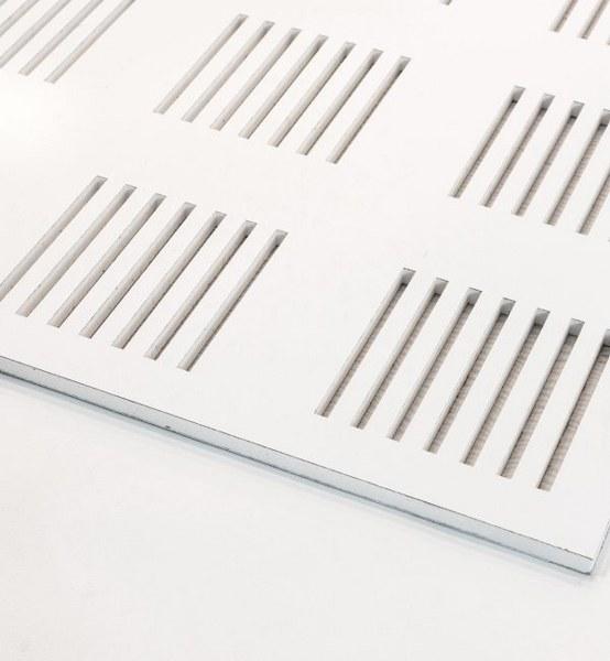 تایل گچی آکوستیک پانچ خطی رنگ شده(سفید)با فلیس سفید (۹۶-۶)